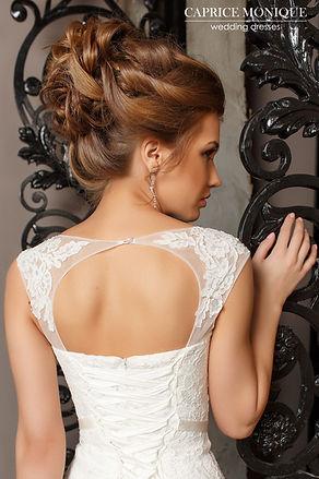 Кружевное свадебное платье прямого силуэта с прозрачной маечкой