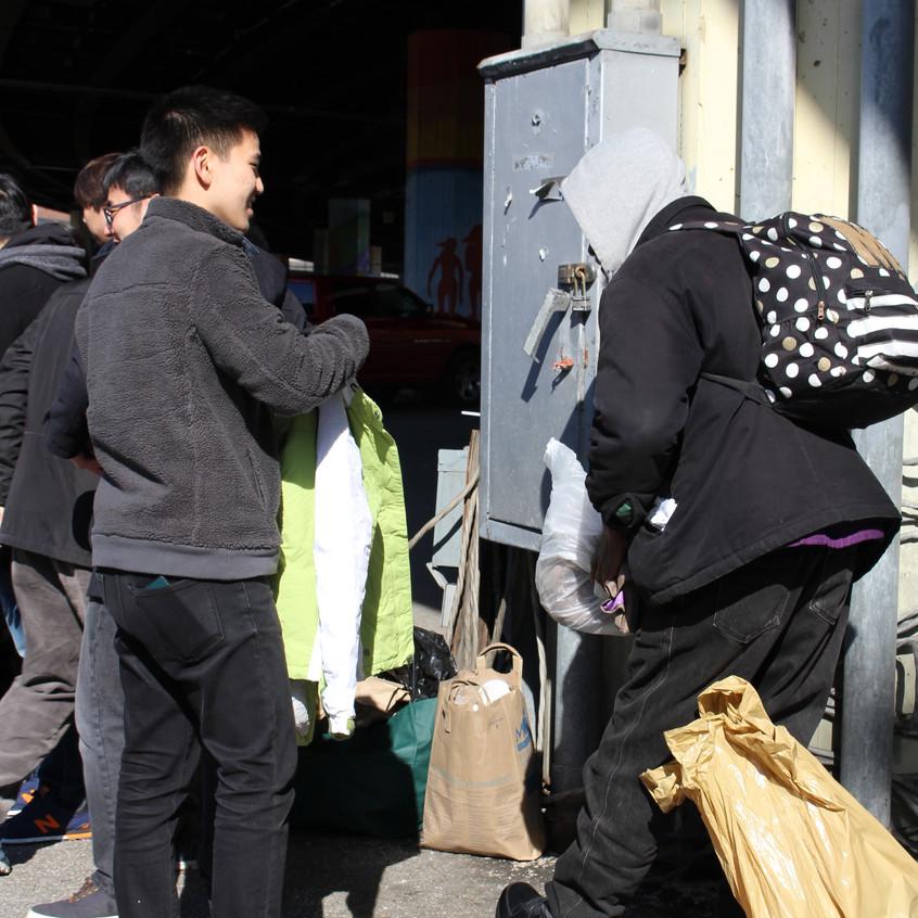 홈리스분에게 필요한 비닐봉지를 찾아주면서 얘기를 나누고 있는 모습