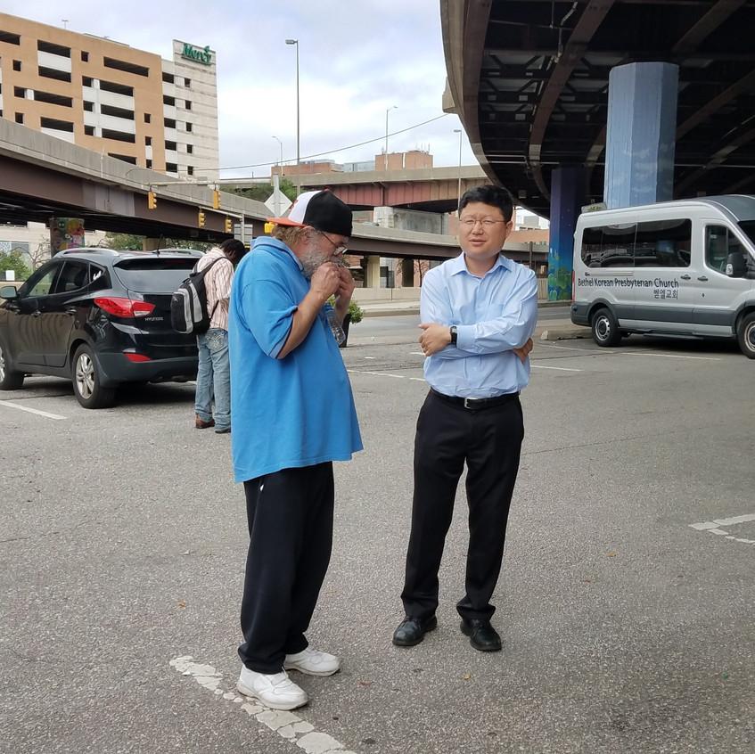 복음을 잘 이해하지 못하는 노숙자에게 열심히 설명하고 있는 김동무 목사님의 모습