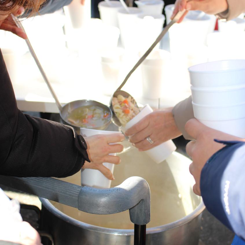 홈리스분들에게 따뜻한 치킨 누들 수프를 섬기는 손길들
