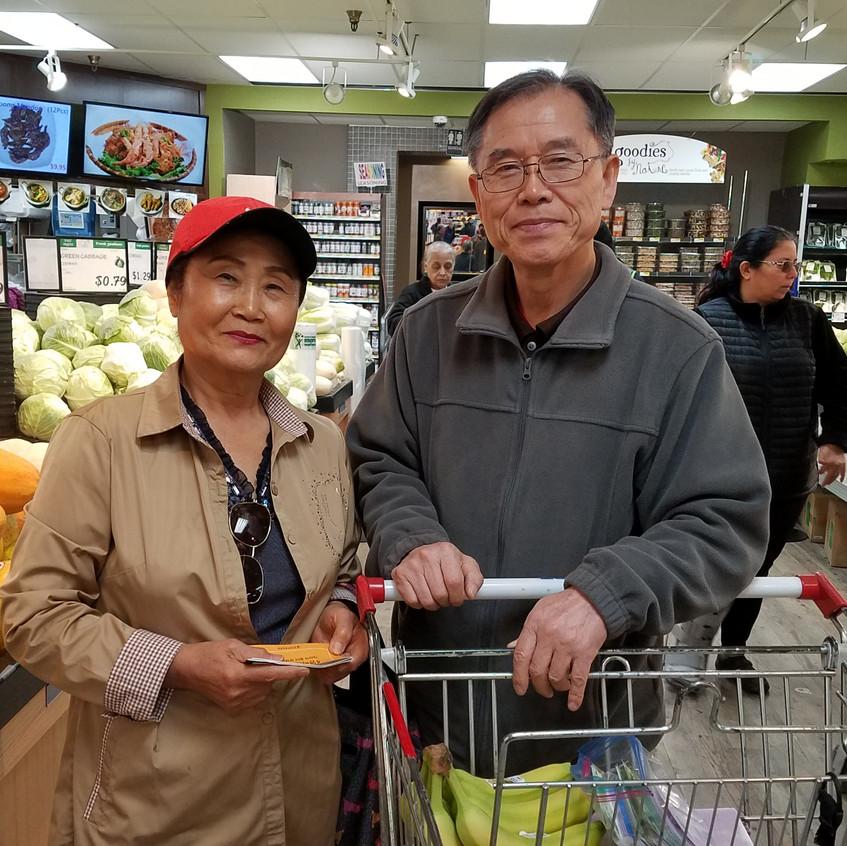 매장 안에서 만난 한인 고객에게 전도소책자를 나누고 있는 김윤환 목사