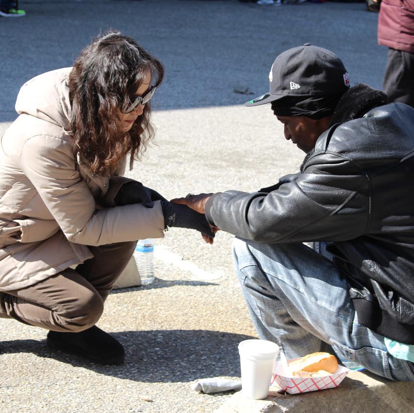 홈리스분을 위해 간절히 기도하는 모습