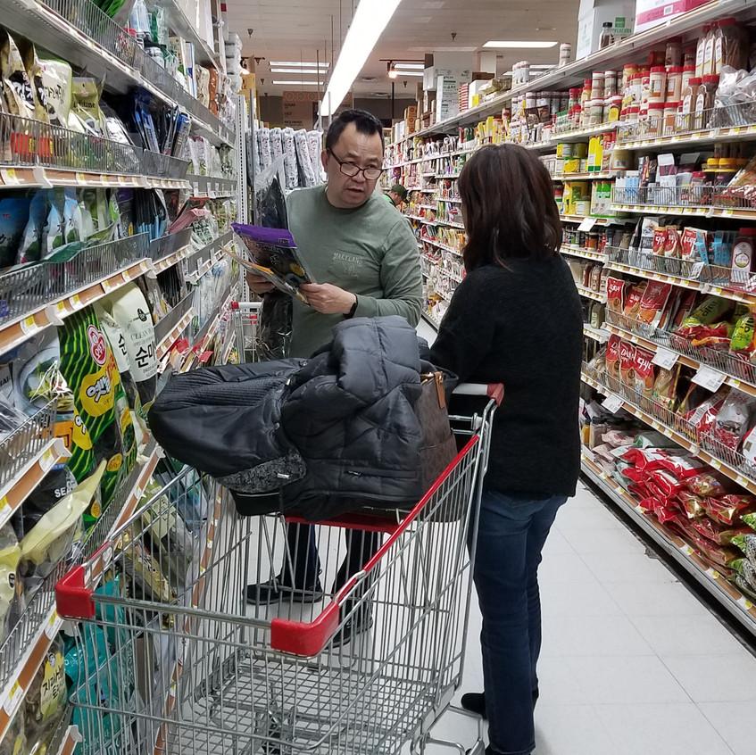 매장 안에서 쇼핑을 하고 있는 고객에게 복음을 전하고 있는 이미숙 집사
