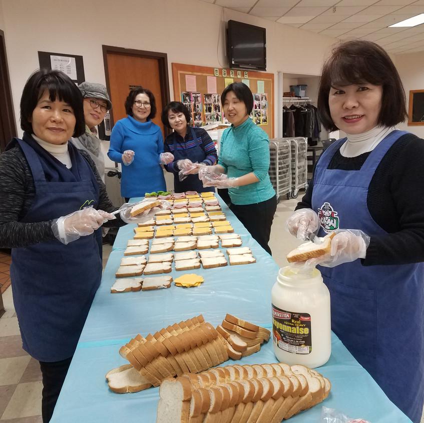 친교실에서 사역당일 샌드위치를 준비하고 있는 로이스 선교회 회원들