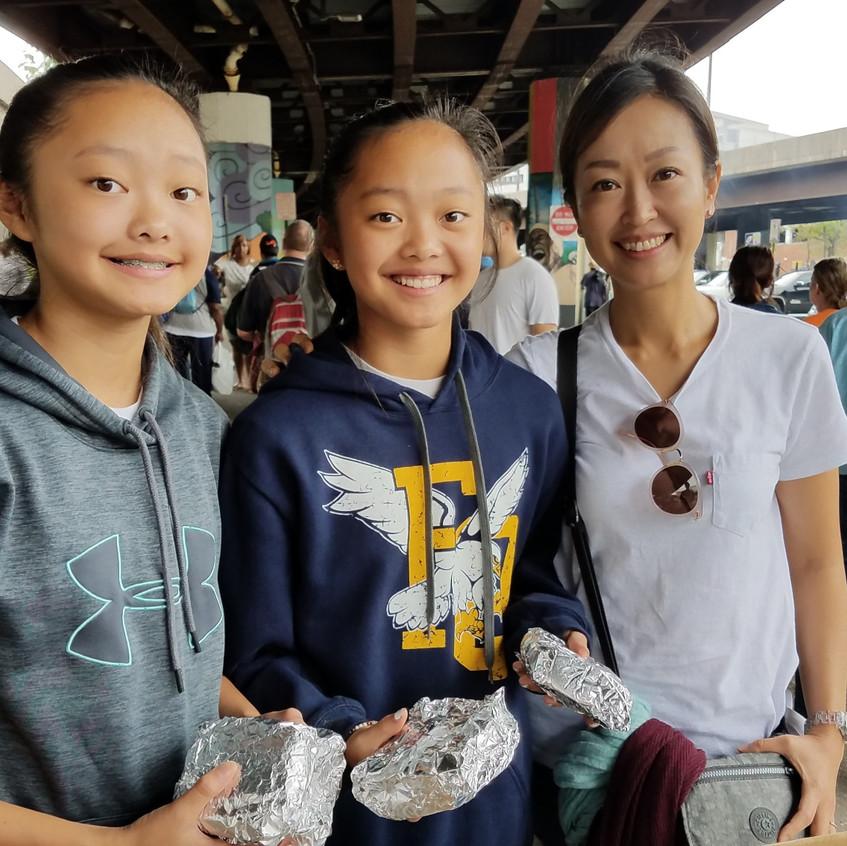 중학교 재학 중인 두 딸을 데리고 함께 도시선교에 참여한 장년부 멤버의 모습