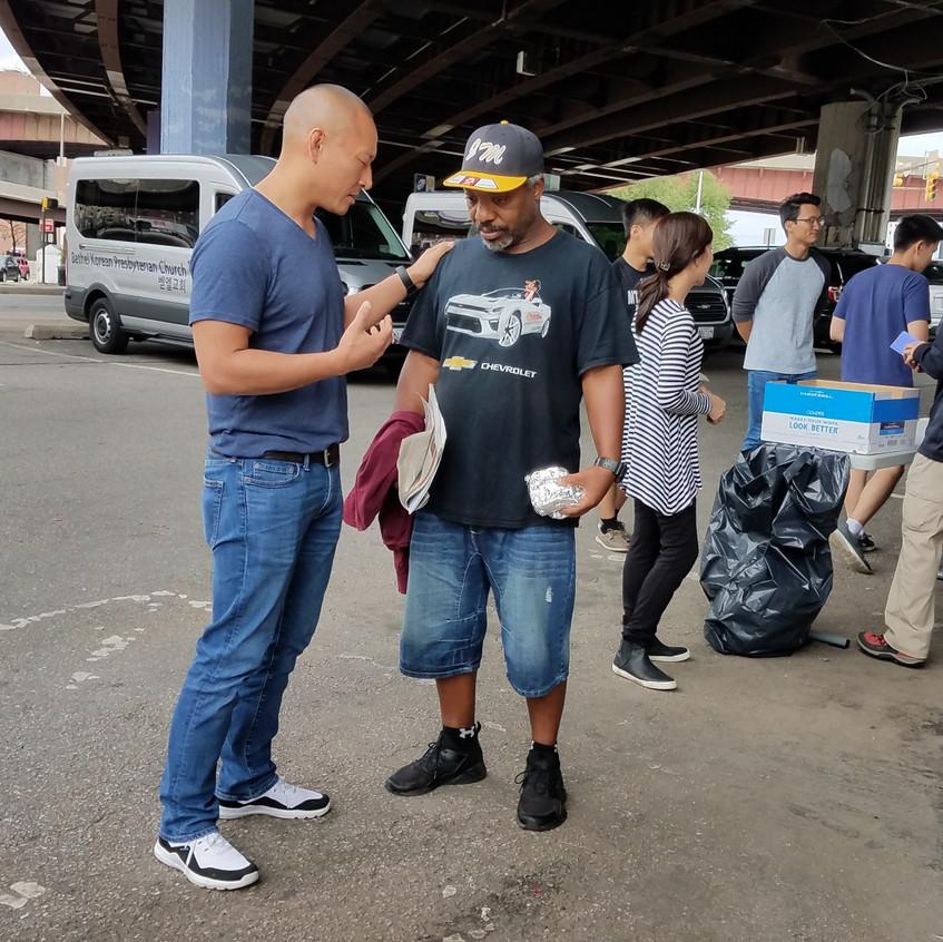 노숙자에게 복음을 전하는 Peter Lee 목사님의 모습