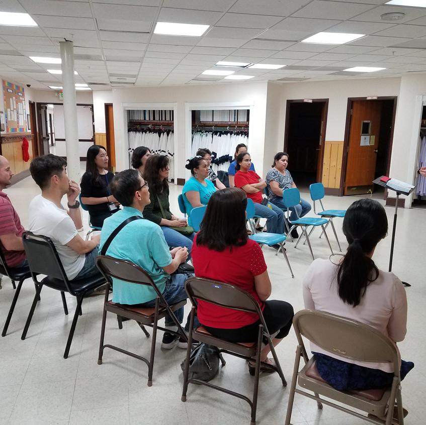 종강식에서 김동우 목사님의 설교말씀에 열중하는 학생들과 선생들