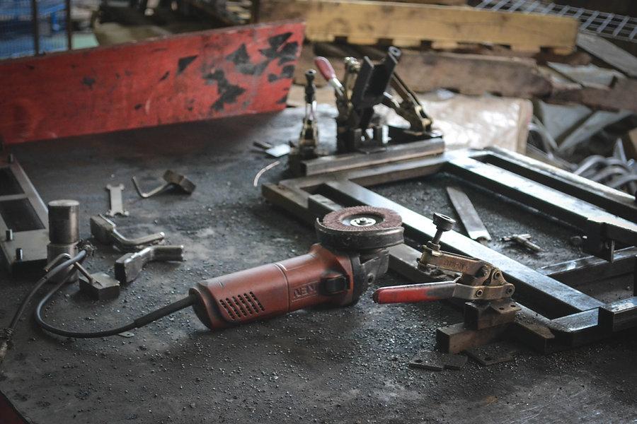 In einer Bauschlosserei liegen Werkzeuge