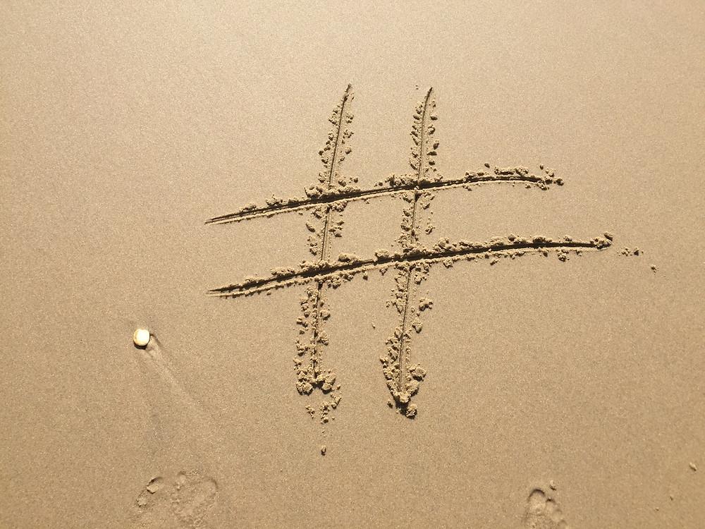 Social Media Symbol im Sand
