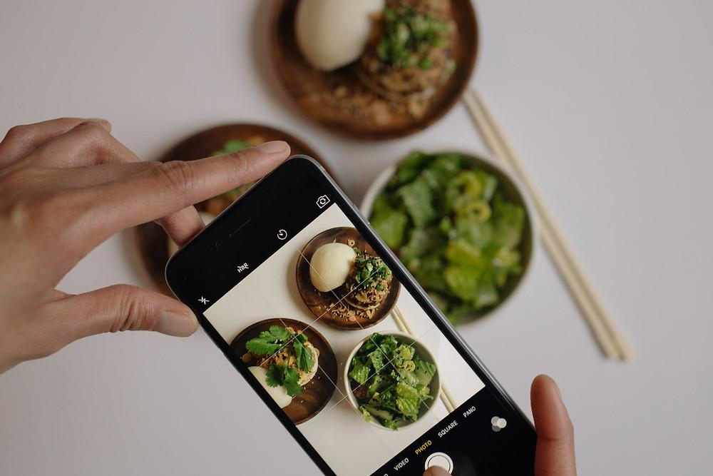 Foto von einem Handy, das einen gedeckten Tisch abfotografiert