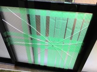 足立区 伊興 ガラス修理前