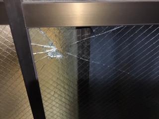 足立区 大谷田 ガラス修理前