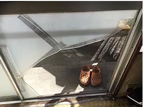 台風被害の都営住宅窓ガラス