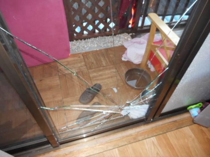 足立区 谷在家 ガラス修理前