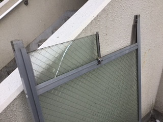 葛飾区 西亀有 小窓の ガラス修理中