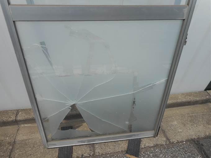 葛飾区 ガラス修理前