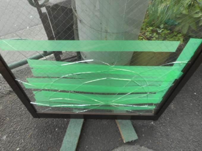 足立区 本木のガラス修理前