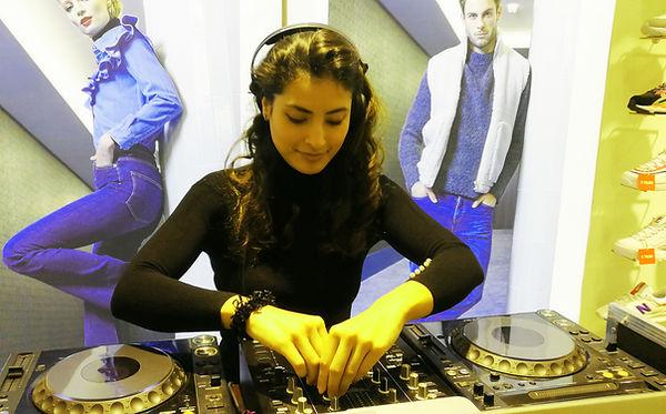 DJane aus Dresden Berlin Djane Dj Camila für Firmenevents Geschäftseröffnung Dresden Sachsen Berlin