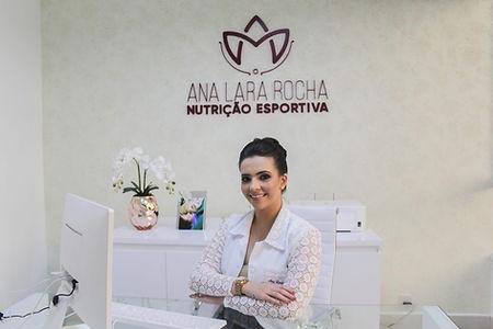Nutri Ana Lara Rocha no consultorio.jpg