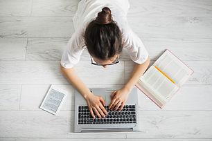 femme-meconnaissable-aide-ordinateur-por