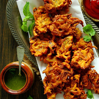 ONION-PAKORA-SPICED-ONION-FRITTERS-WITH-