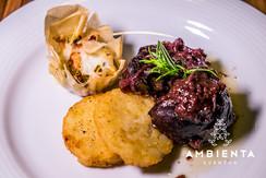 Bochechas de Porco confitadas em vinho tinto, tartelete de legumes e batata rosty