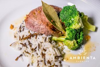 Naco de vitela com molho mirandês, arroz selvagem e brócolos confitados em azeite do Douro