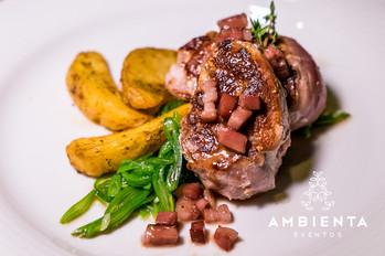 Lombinhos de porco com bacon, batata brava aromatizada e feijão verde à inglesa