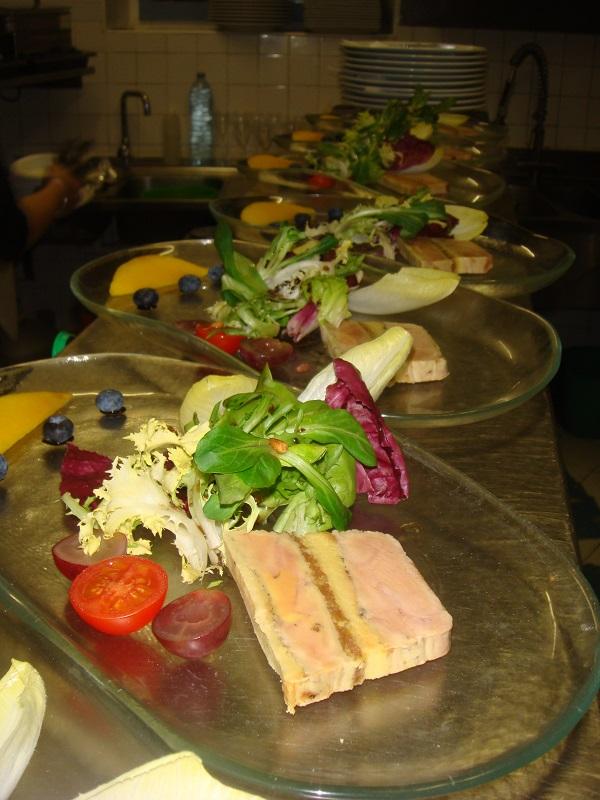 Préssée_de_foie_gras_aux_abricots,_salade_folle.JPG