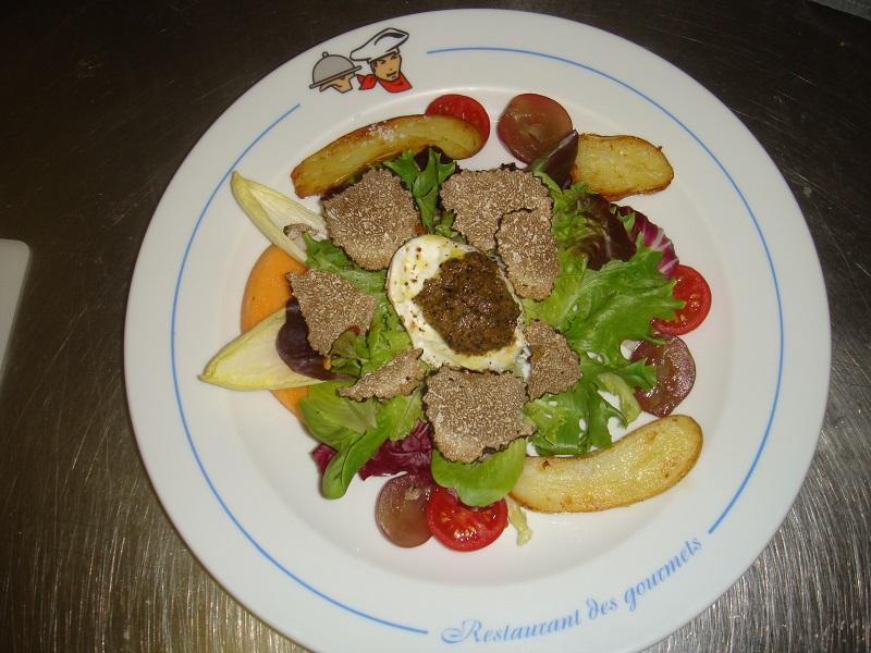 Salade_croquante,_oeuf_poché_au_caviar_de_fruffe_d'été,.JPG