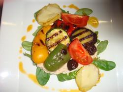 Tapenade_de_thon_aux_légumes_grillés,_vinaigrette_de_chorizo.JPG