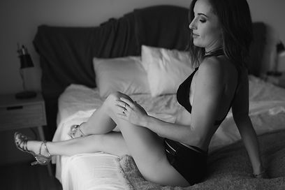 Young mother doirng boudoir with heels black and white photos
