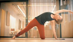 Posture de yoga par Jessica chez LeStudio
