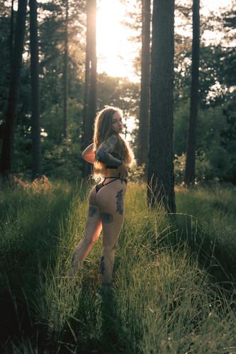 Saske in haar blootje in een boske (15 of 52).jpg