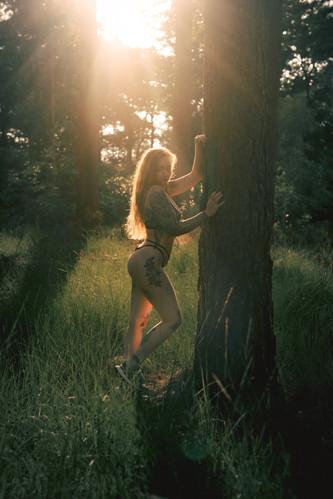 Saske in haar blootje in een boske (17 of 52).jpg