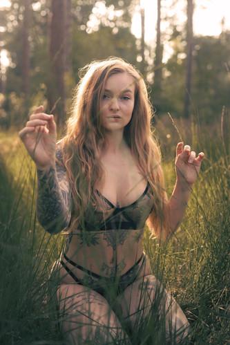 Saske in haar blootje in een boske (18 of 52).jpg