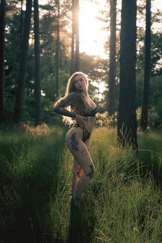 Saske in haar blootje in een boske (13 of 52).jpg