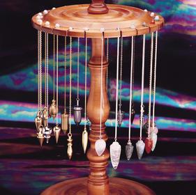 Pendel aus ganz verschiedenen Materialien und Formen