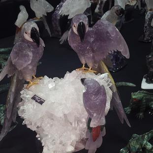 Papageien aus Amethyst auf Bergkristallgruppe