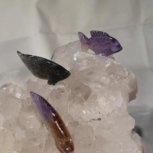 Bergkristallgruppe mit 3 Fischen