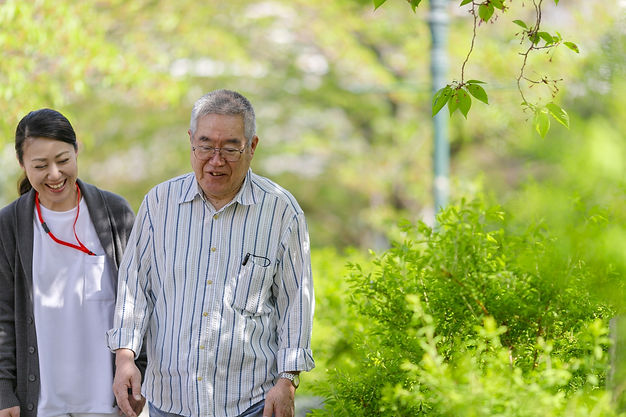 介護職員と高齢男性