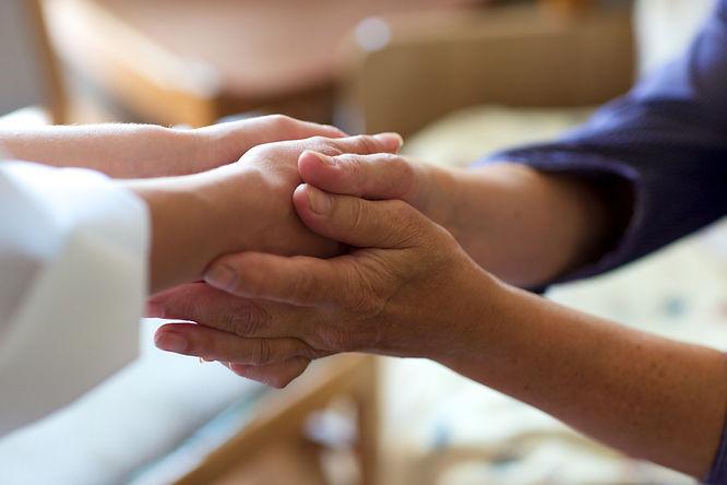 手を握り合う写真