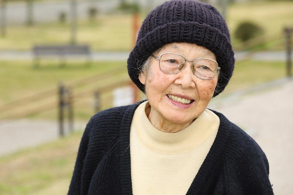 散歩中の高齢女性