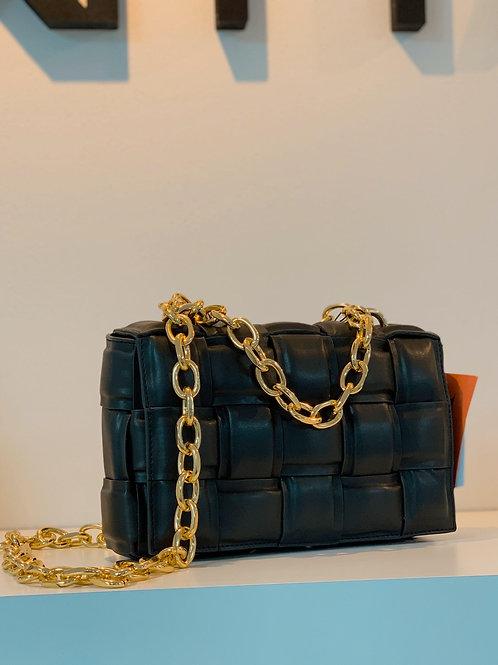 Čierna kabelka so zlatým retiazkovým remienkom
