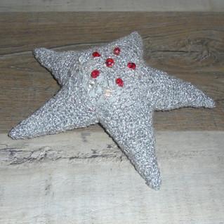 Etoile de mer crochetée à perles rouges/blanches brodées