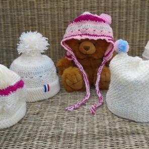Bonnets tricotés ou crochetés blanc/rose