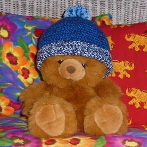 Bonnet enfant crocheté bleu tricolore avec pompon