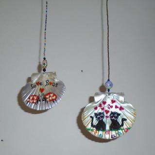 Coquilles Saint Jacques peints et décorés avec différents animaux amoureux