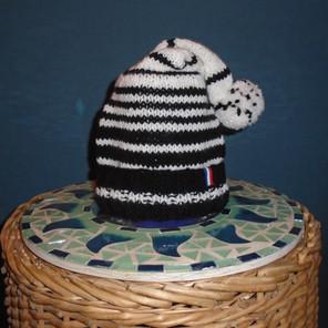 Bonnet tricoté noir/blanc avec une petite pointe