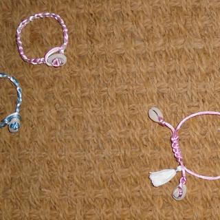 Petits bracelets aux coquillages cauri